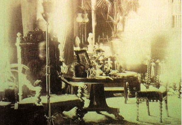 13 Scariest and Most Controversial Ghost Photos (6)