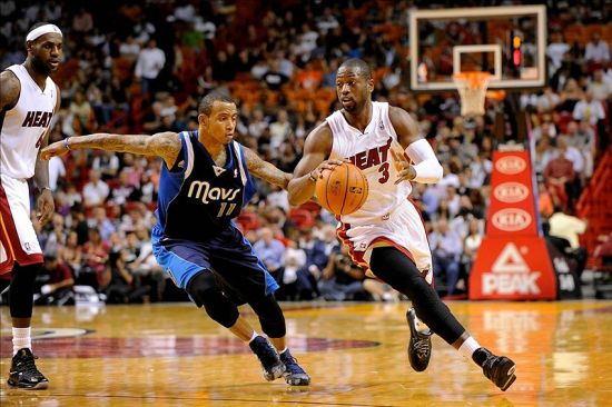 Dwyane Wade playing basketball
